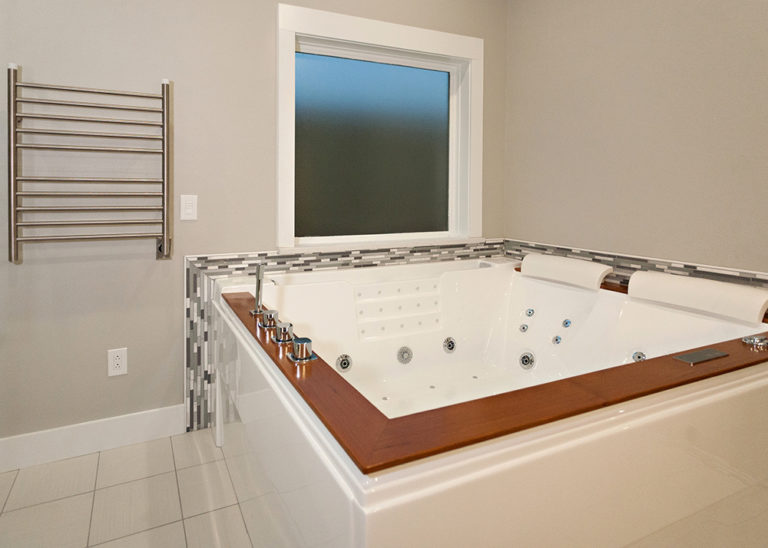 Reidy Modern Style Home Custom Wood Panel Jacuzzi Bath Tub